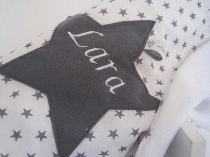 kuscheldecke mit namen grau sternenstoff stern direkt weiss stern sternchen personalifiziert. Black Bedroom Furniture Sets. Home Design Ideas